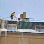 Правильная уборка снега с крыши от промышленных альпинистов